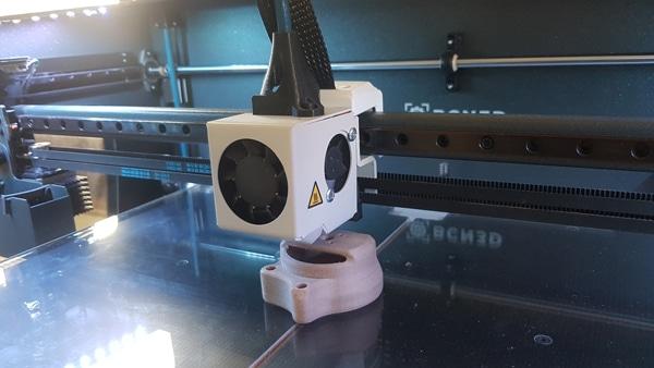 Imprimante 3D en pleine conception des pièces du drone paramoteur